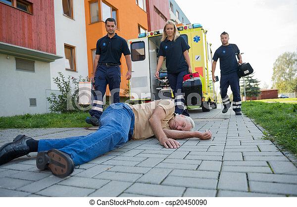 beskadiget, hjælp, give, paramedics, senior mand - csp20450090